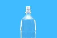 お湯につけたペットボトルに栓をする