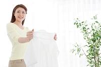 洗濯物を広げる日本人女性