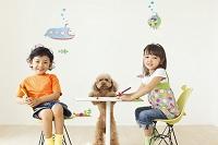 子供部屋でお絵かきをする男の子と女の子と犬