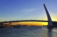 夕景の淡水漁人碼頭情人橋 新北市