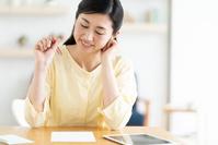 書き物をする日本人女性
