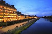 京都府 四条大橋から見る夕暮れの鴨川納涼床