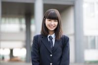 校舎の前に立つ女子学生