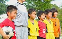 コーチとサッカー少年たち