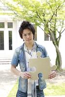 パズルピースを持つ若い日本人男性