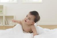 泣いている裸の日本人の赤ちゃん