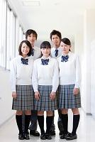 廊下に立つ笑顔の高校生