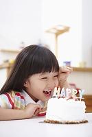バースデーケーキと笑顔の子供
