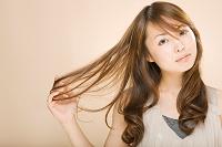 髪に触れる日本人女性
