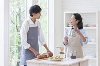 食事の準備をするカップル