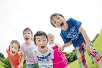 公園で笑う小学生