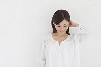 白い壁の前の日本人女性