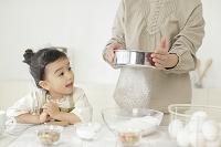 お菓子作りをする母と娘