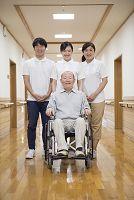 車椅子に座ったシニア男性と介護士