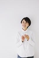 iPhoneを持つ日本人女性