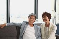 ソファーに座る日本人のシニア夫婦