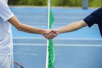 握手するテニスプレーヤー