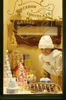 買物を楽しむ白いコートの日本人女性