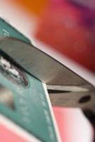 クレジットカードを切っているアップシーン