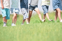 歩いている日本人の子供足下