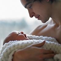 外国人の赤ちゃんを見つめる父親