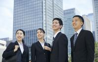 笑顔の就活中の日本人ビジネスパーソン