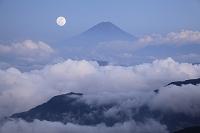 山梨県 南アルプス市 北岳から望む富士山と雲海 月