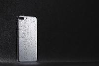 水に濡れるスマートフォン