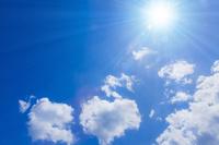 青空と太陽光