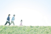 土手を走る日本人家族