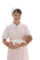 寝ている赤ちゃんを抱っこする看護師