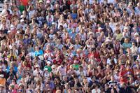 拍手をする観客席の群衆