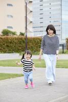 元気に走り出す娘と母親