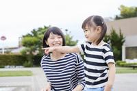指を指す女の子と母親