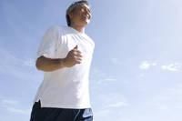 空とジョギングをする男性