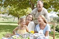笑顔の外国人の3世代家族