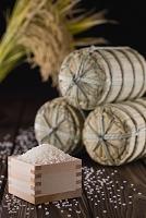 枡に入った白米と米俵