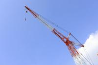 青空とビル工事のクレーン