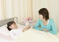 病室にいる母と娘
