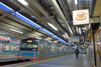 大阪府 阪和線 発車していく205系普通電車