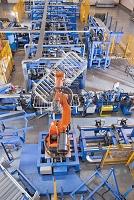 工場の生産ラインのロボット