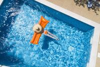 プールでリラックスする女性