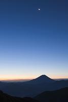 山梨県 増穂町 富士山と残月