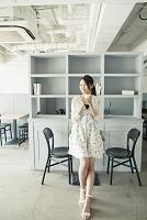 カフェでくつろぐ若い日本人女性