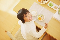 鍋を楽しむ日本人の男の子