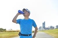 水分補給する日本人男性