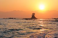 富山県 雨晴海岸から立山連峰からの日の出と富山湾