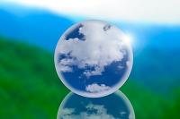 球体に入った雲と山並み
