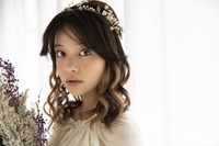 ドライフラワーを持つ日本人女性