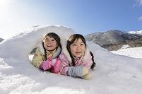 カマクラに入る日本人の女の子